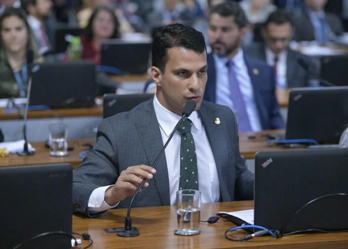 Modelo registra boletim de ocorrência por estupro acusando senador