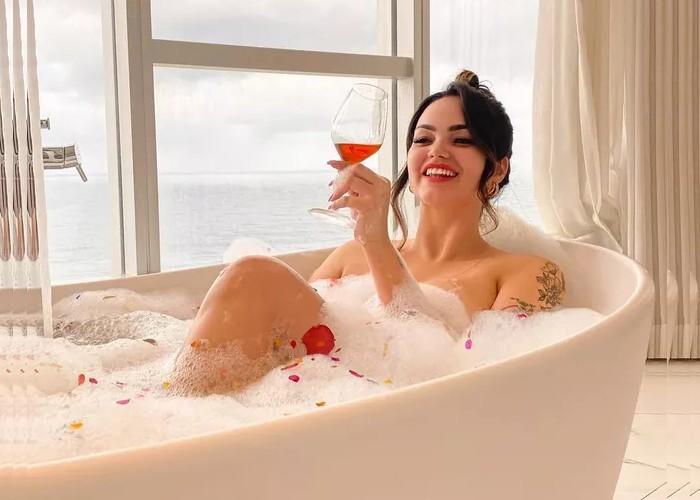 Filha de Kely Key surge plena em banheira de espuma