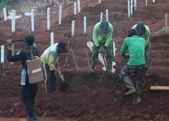Moradores pegos sem máscara são forçados a cavar covas para vítimas da Covid-19