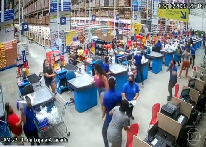 Prateleiras gigantes com produtos desabam em supermercado em cima de clientes
