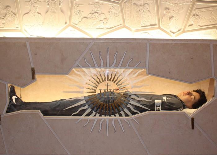 Carlo Acutis tem corpo exposto antes de virar santo e conservação impressiona